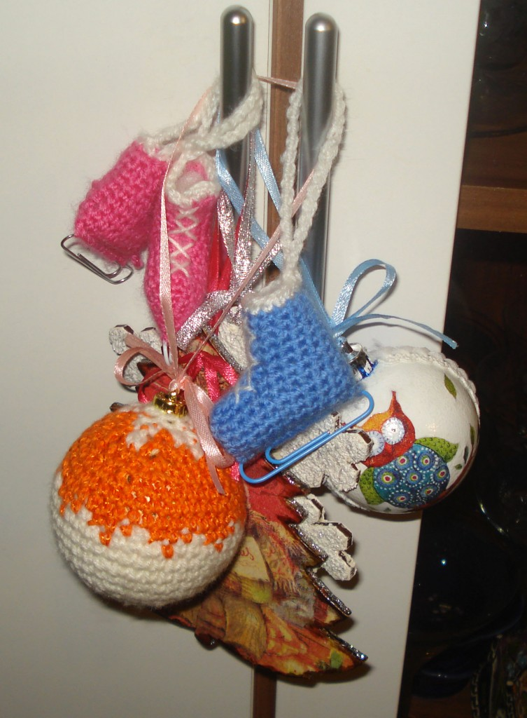 Вязаные коньки и шарик для ёлки