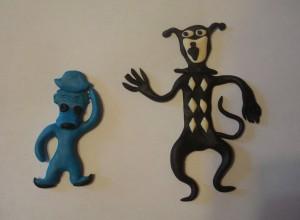 Черный кот и голубой щенок из пластики